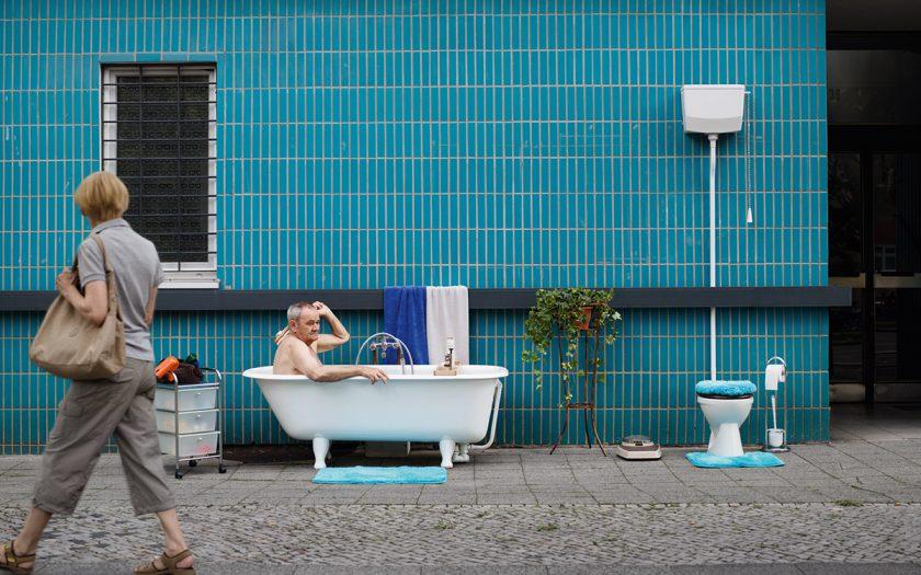 Rentner in Badewanne draußen