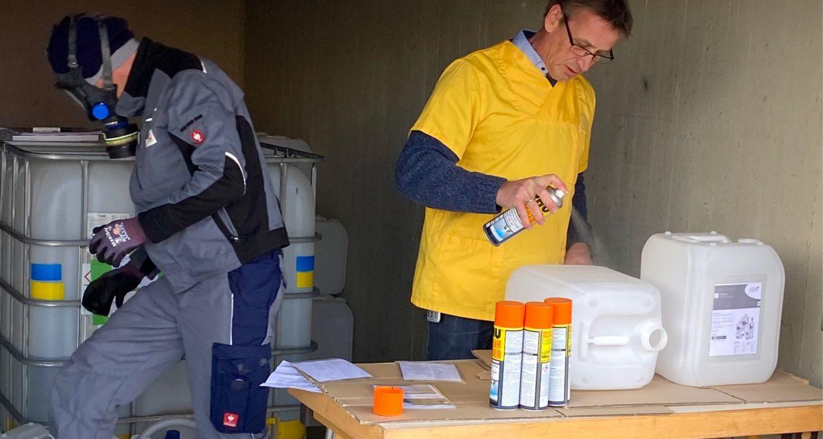 Umfüllen der Desinfektionsmittel in die kleinere Kanister