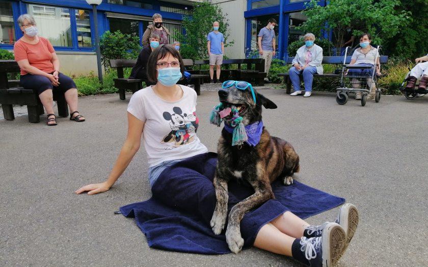 Teilnehmerin am Sommerprogramm mit dem Polizeihund