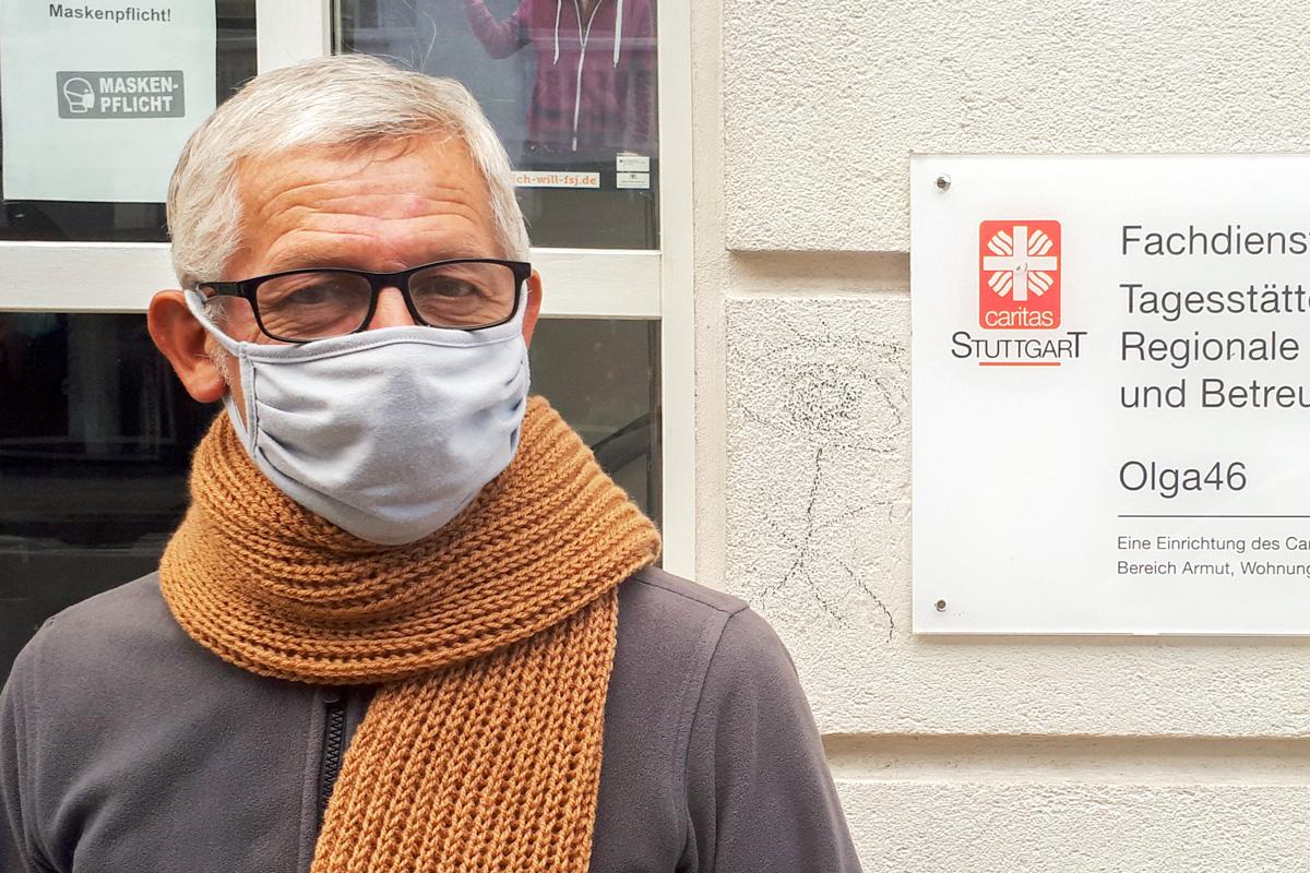 """Ein Klient der Olga46 freut sich über den Schal: """"Er ist so weich!"""""""